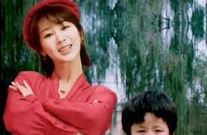 杨紫和小时候的自己合拍,真是太可爱啦!