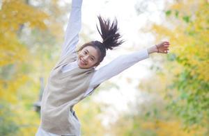 20岁刘浩存素颜曝光,秋日出游照太美,不愧是被选中的谋女郎
