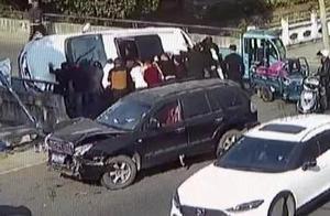 17岁小伙被压车底,众多路人齐力抬车救出