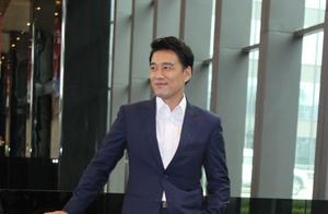 王耀庆参加节目裤子短到没眼看,堪比超短裤,胡军一句话笑翻全场