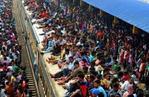 印度政府招募边境安保人员:3万人参加,密密麻麻坐地上考试