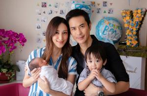 50岁郑嘉颖二度当爸,爱妻陈凯琳诞下幼子,大方晒一家四口合照