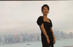 惠英红59岁了还不肯服老,穿黑色连衣裙减龄时髦,活脱脱年轻20岁