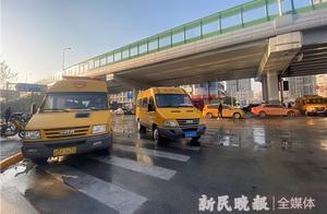 冲出个大窟窿!下午西藏南路附近一地下水管爆裂,居民用水未受影响