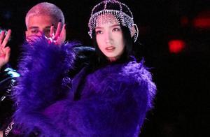 孟美岐新歌舞台造型,挑战紫色过膝靴大秀长腿,又A又飒