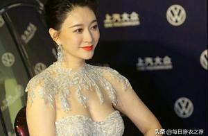 李小冉身材太惹火了!穿收腰紧身礼服走红毯,哪像44岁女人?