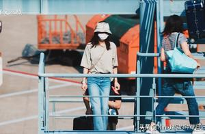 刘诗诗身穿简单灰色T恤搭配浅色喇叭牛仔裤,简约大气,舒适时尚