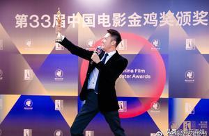 恭喜!印小天获得金鸡最佳男配角奖,他兴奋地在台上边唱边跳