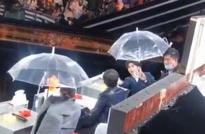真不错!蔡徐坤把伞让给女生撑,暖男也太会来事了