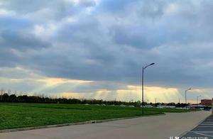 """多道光芒出现故宫天空,是""""云隙光""""现象导致,不是有人在穿越"""