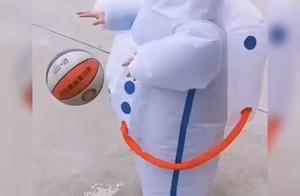 """萌娃穿""""宇航员""""防护服拍球走红,网友:高手在民间,这技术厉害"""