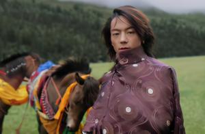 被捧上神坛三天就跌落,藏族小哥丁真动了谁的奶酪?