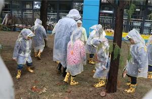 常州这所幼儿园雨天户外上课,有人质疑,有人竟然……