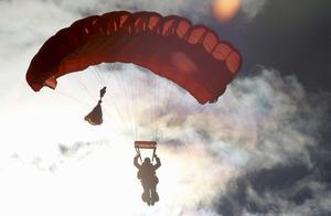 家人观看下 乔治亚州18岁少女跳伞失控身亡