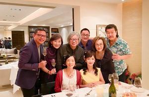 66岁赵雅芝装嫩太成功,晒美照穿黄裙明艳动人,和老公像两代人