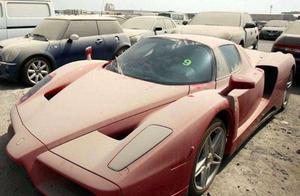 """迪拜豪车""""坟场"""",1000万劳斯莱斯随地扔,当废铁卖7万无人问"""