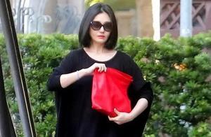 大S黑袍亮相街头,妆容精致身材削瘦,与小S民宅相聚