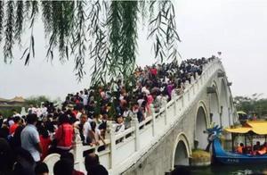 河南开封游客爆满,九龙桥再现历史盛况,拥堵情况成全国第一