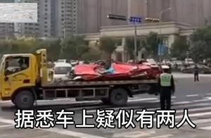 """济南一水泥罐车侧翻,私家车被压成""""铁饼"""",轿车内2人遇难"""