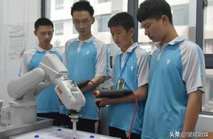机器人写字、灯泡上切钢丝……这所学校的教学成果展超牛!