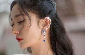 杨幂黑白礼服参加时尚盛典美如天鹅,绝美的珍珠耳廓妆让人心动