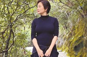 66岁林青霞近照曝光,紧身登山服凸显身材,网友:老了仍是女神