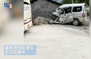 江西万载面包车与大客车相撞 致7死1伤