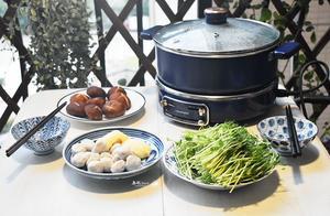 两口子的极简晚餐,只有椰子鸡火锅,汤水鲜美连吃两碗,鸡肉嫩滑