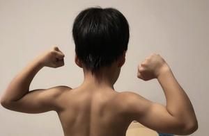 谢楠罕晒儿子赤膊照,6岁吴所谓手臂肌肉线条明显,长成小男子汉
