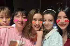 33岁王思聪举办生日会,邀一众网红出海玩乐,左拥右抱相当尽兴