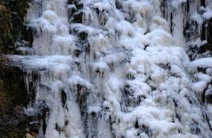 瀑布景色美 冰冻现奇观