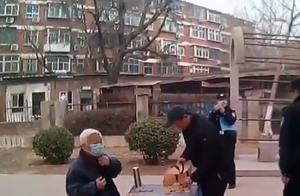 不要命了?老人不戴口罩聚众下棋被批,反怼民警:是不是中国人
