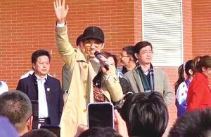 """千人合唱《单身情歌》!林志炫""""空降""""师大附中兑现""""十年之约"""""""