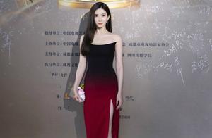 江疏影一袭抹胸裙惊艳好演员红毯,手里拿着暖手宝,姐太真实了