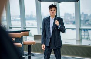 李易峰最新西装造型,条纹西装搭配黑色雨伞,满满的霸总气质