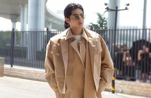 吴亦凡在巴黎时尚秀再出新造型,身穿印花套装,戴上眼镜气质好