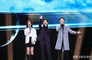 李健台上西装帅气献唱,台下穿大棉袄,天很冷节目组却考虑不周?