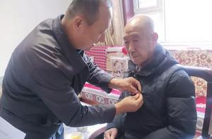 文水县委老干部局为参加过抗美援朝的离休干部发放抗美援朝70周年纪念章