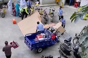 广东50岁男子跳楼将26岁快递员砸死,快递员2岁宝宝在找爸爸