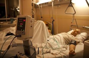 美国新冠肺炎住院治疗人数超10万人