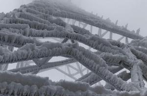 冻雨持续!贵州多县域内出现道路结冰和电线积冰现象