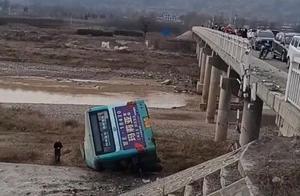 甘肃天水一公交车与救护车相撞 致1死14伤