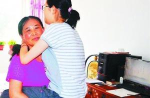 平度刘淑玲每天抱患病女儿上下学 从小学到高中从不迟到