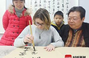 马上就回国了,美国交换生练起了中国书法