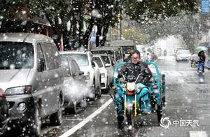 甘肃兰州鹅毛大雪飘 市民雪中行