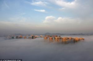 航拍平流雾绕城似仙境