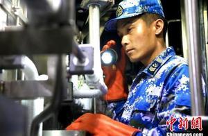 """中国海军潜艇AIP技师肖海生 潜航十余万海里的三重""""身份"""""""