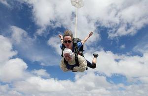 十年前爱女死于罕见病 为筹研究资金102岁奶奶高空跳伞破纪录