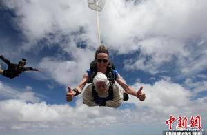 102岁奶奶一跃而下 成为全球最年长跳伞玩家