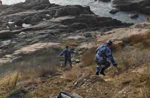 海军战士跳入冰海 五分钟救出青岛海边轻生女子